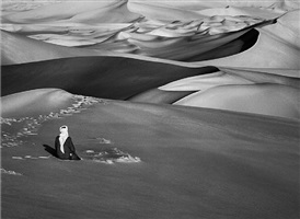 sahara, algeria [man praying] by sebastião salgado
